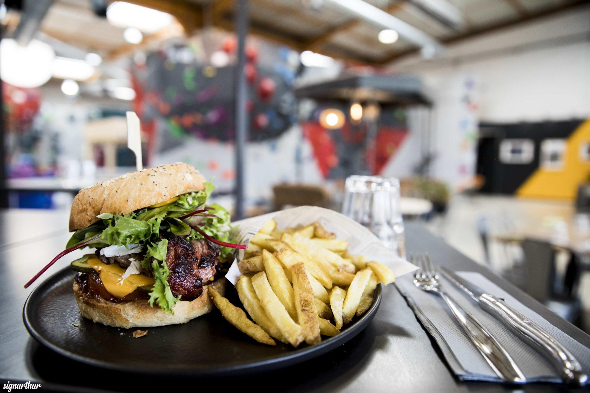 burger frite à vertical'art nantes salle d'escalade restaurant et bae