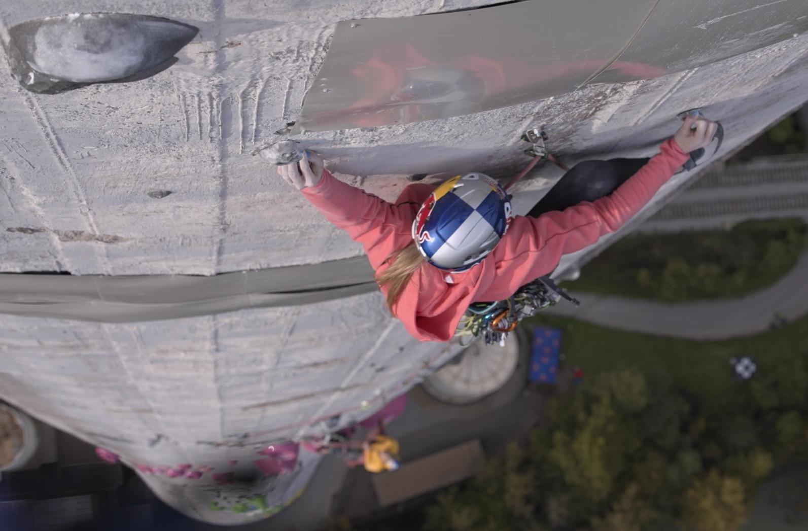 360 Ascent, le film d'escalade qui retrace l'ascension de la plus haute cheminée d'Europe, avec les grimpeurs slovènes Janja Garnbret et Domen Škofic